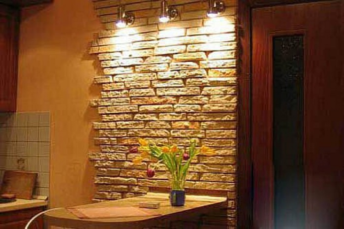 Искусственный камень в интерьере кухни фото